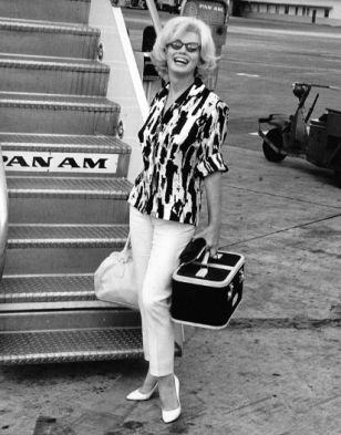 Marilyn wearing head to toe Jax on route to Mexico in early 1962.